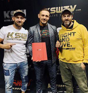 Podwójny mistrz FEN Andrzej Grzebyk podpisuje kontrakt z KSW